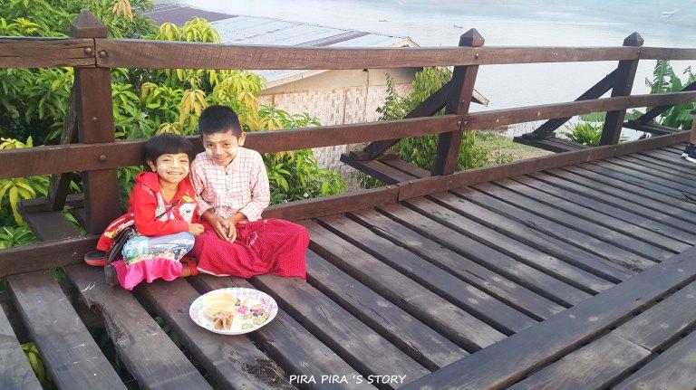 เด็กมอญ ชาวมอญ คนมอญ ทานาคา แป้งทานาคา สังขละบุรี สะพานมอญ