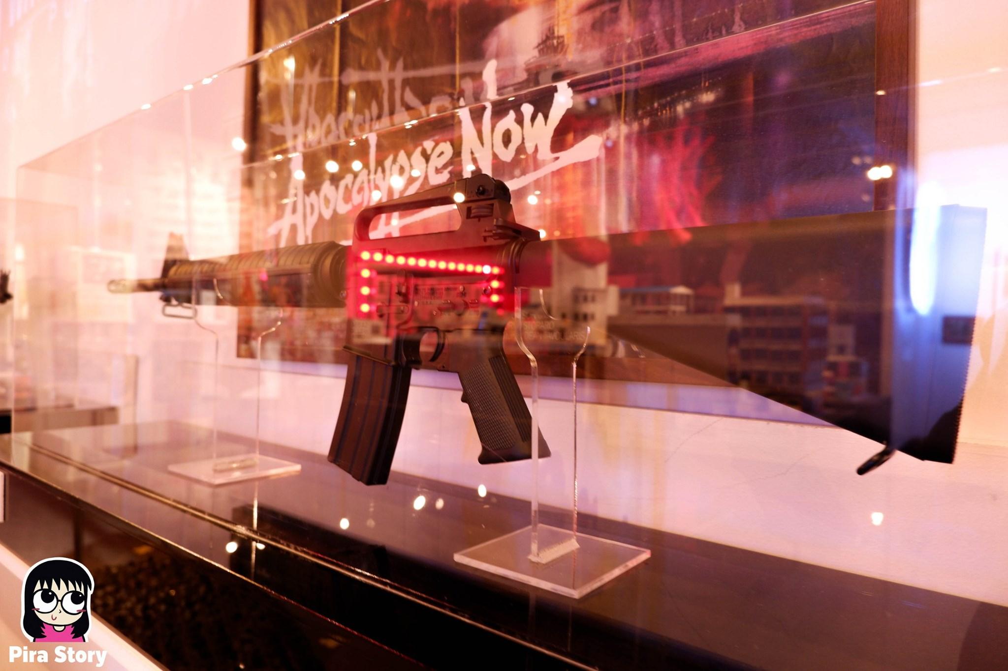 พิพิธภัณฑ์พัฒน์พงศ์ Patpong museum สถานบันเทิง บาร์ อะโกโก้ เต้นรูดเสา sex worker ค้าประเวณี โสเภณี โคมเขียว ผับ บาร์ 18+ พัฒน์พงศ์มิวเซียม pira story pirastory เที่ยวเนิร์ดๆ Tony Poe CIA ซีไอเอ ภาพยนตร์ หนัง Apocalypse Now (1979)